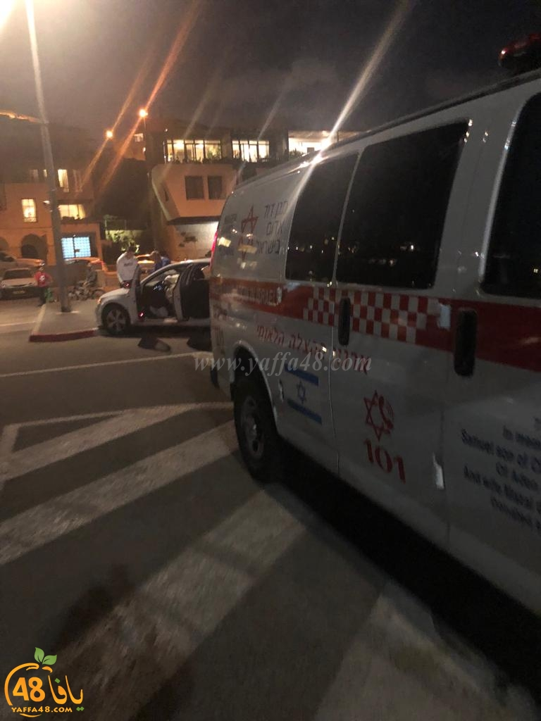 اصابة سيدة بحادث طرق بين مركبتين في مصف السيارات بميناء يافا