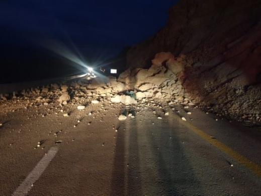 انهيار صخور من الجبل على شارع رقم 31 في منطقة البحر الميت