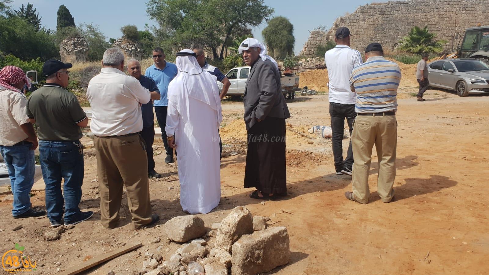 بالفيديو: جمع غفير من أهالي الرملة يشيعون جثمان الشاب أكرم أبو عامر