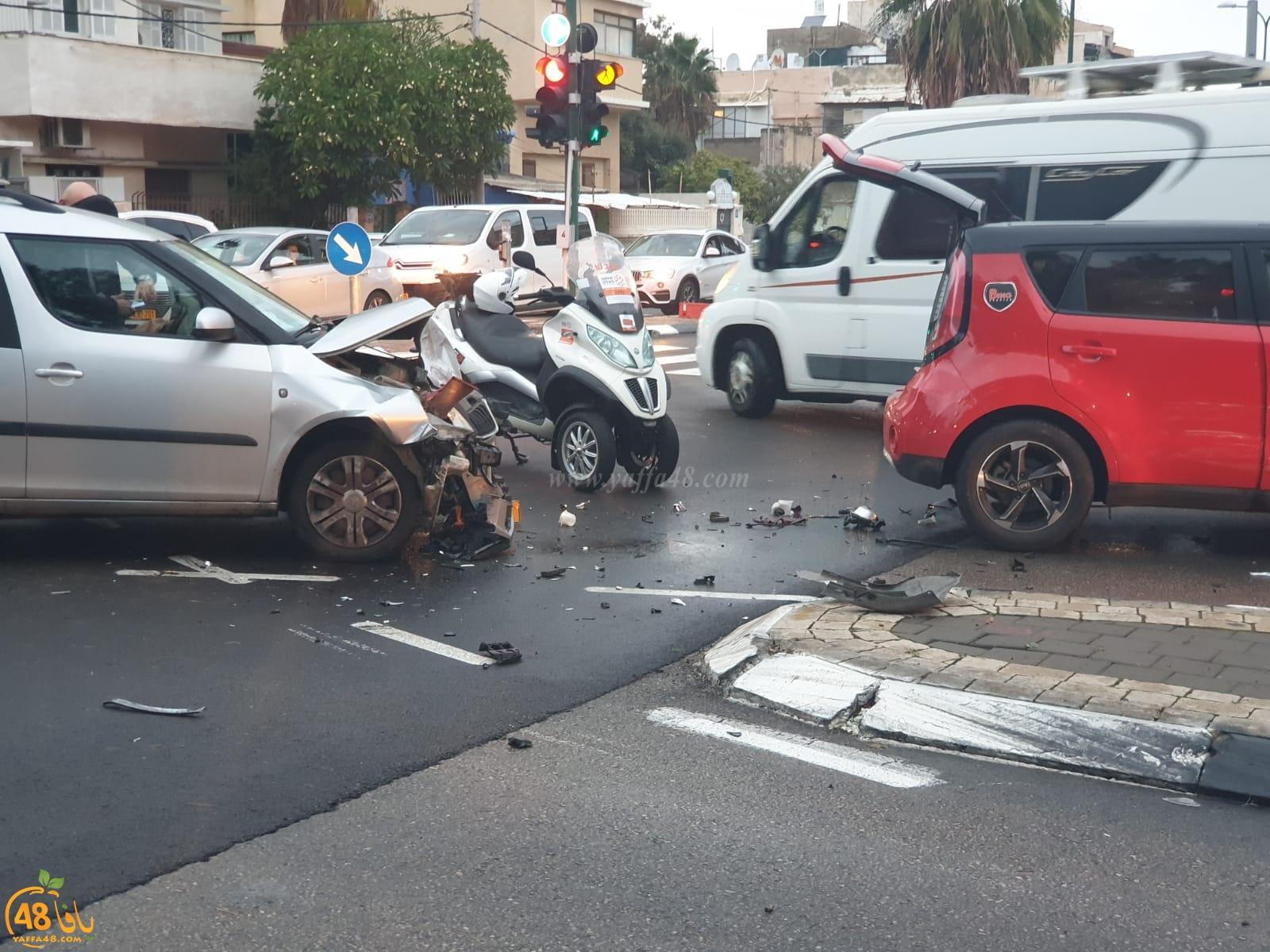 بالصور: حادث طرق بين مركبتين بيافا وأزمة مرورية خانقة في المكان