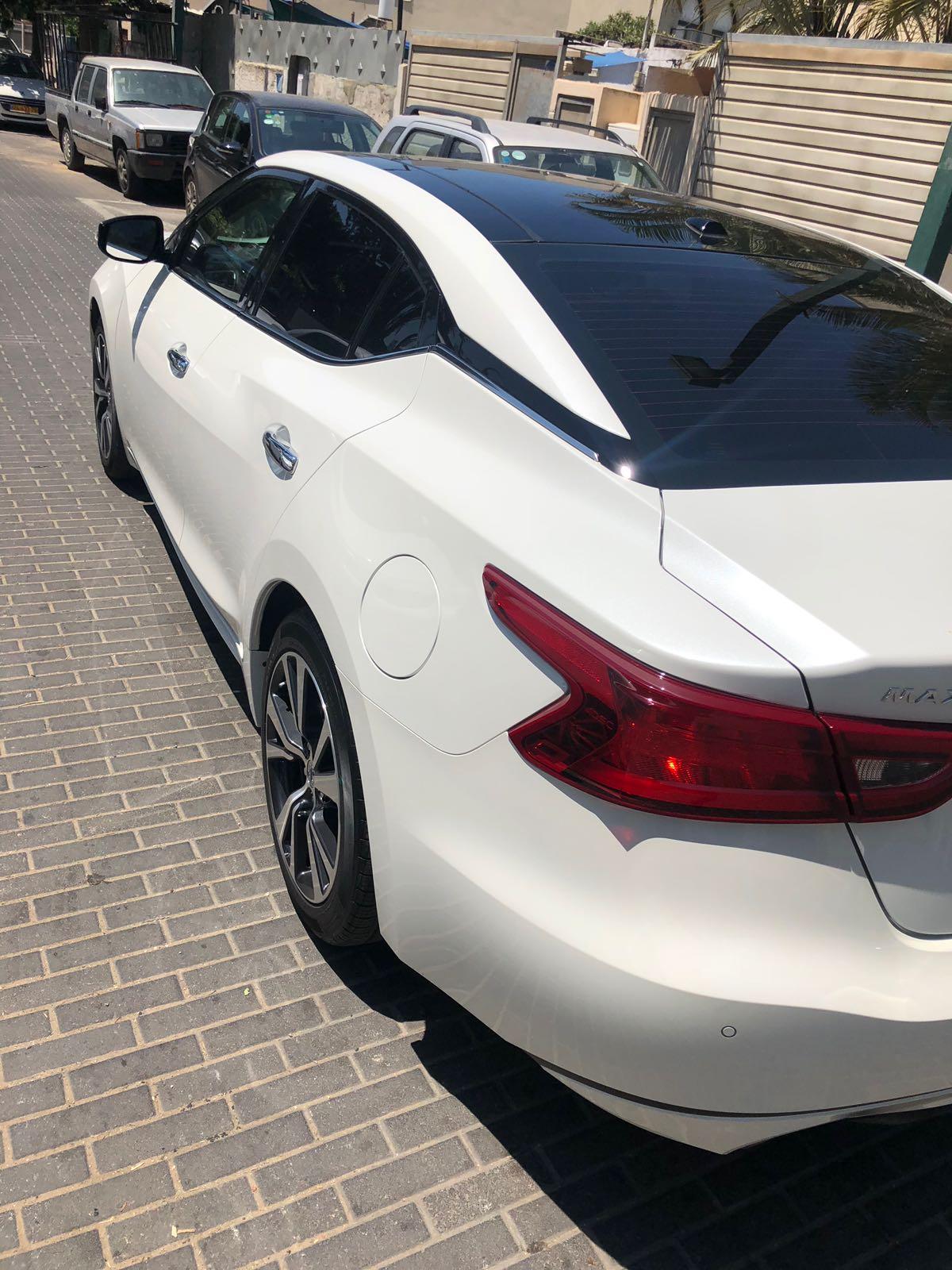 سيارة نيسان بيضاء بحالة ممتازة للبيع
