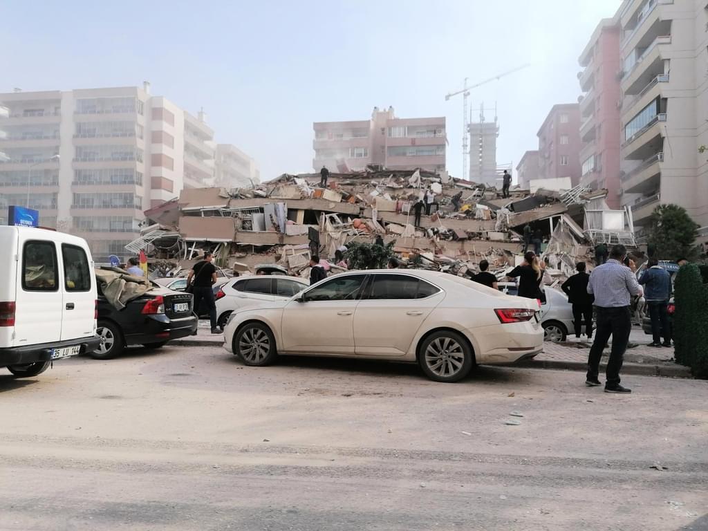 ارتفاع حصيلة ضحايا زلزال ازمير إلى 24 قتيلاً و804 مصاباً