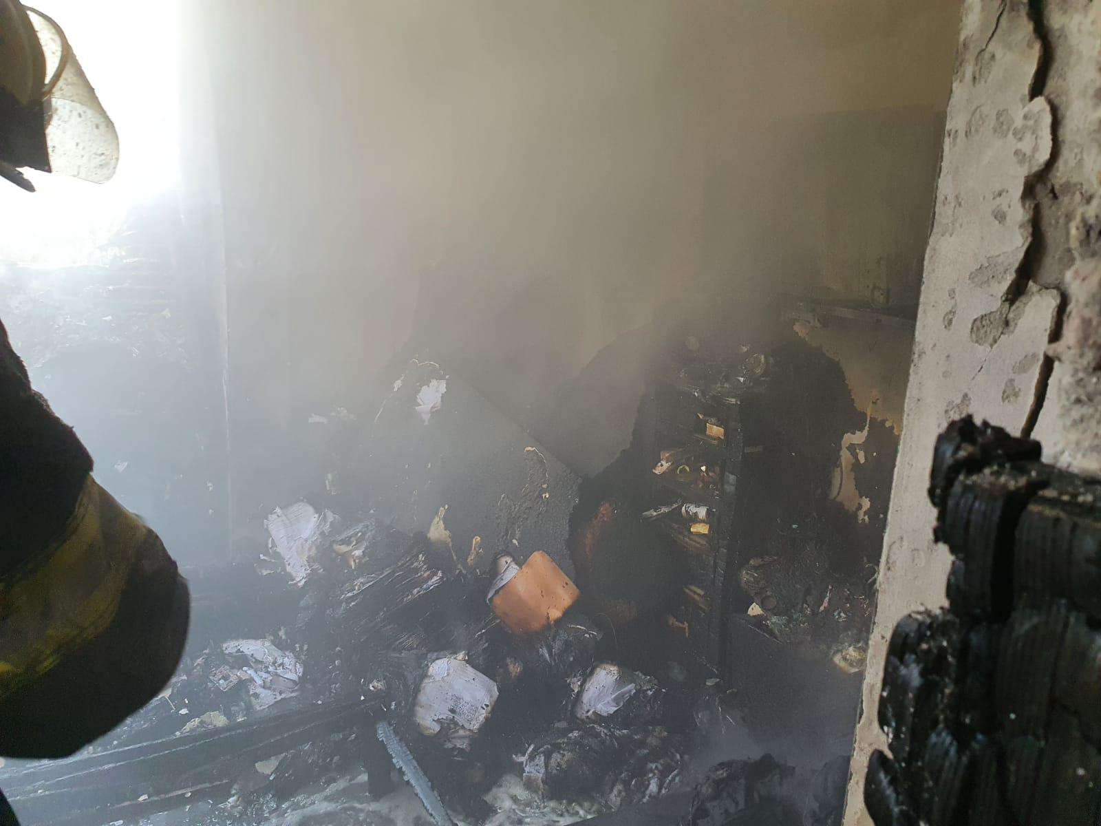 حريق داخل كراج سيارات في مدينة اللد والاطفائية تهرع للمكان