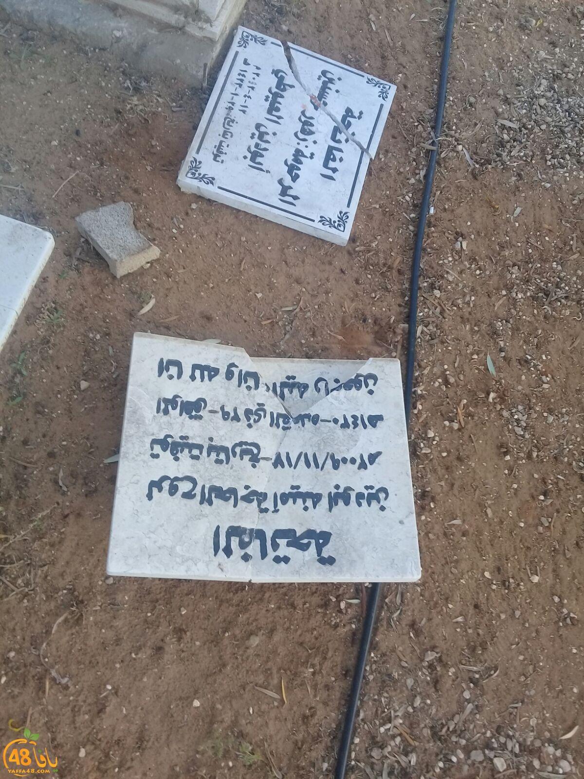 بالصور: تهشيم عدد من شواهد القبور في مقبرة طاسو