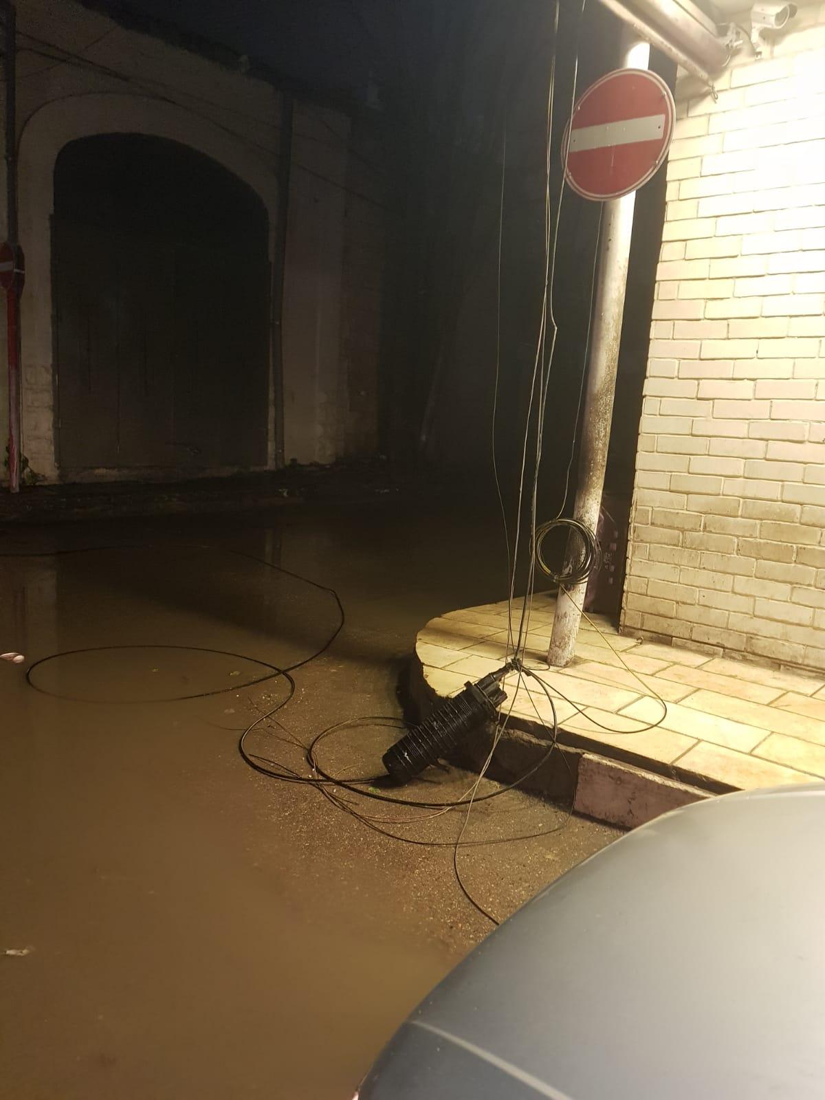 اللد: انقطاع الكهرباء عن مناطق واسعة اثر سقوط عامود بسبب الرياح العاصفة