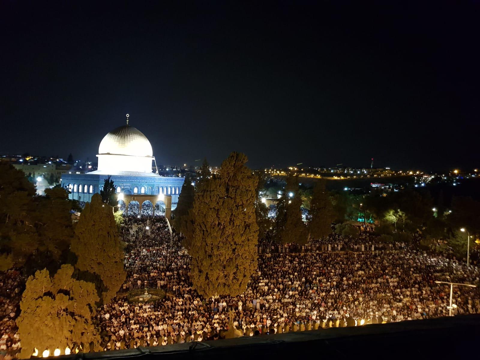 فيديو- 350 ألف مصل يحيون ليلة القدر في الاقصى