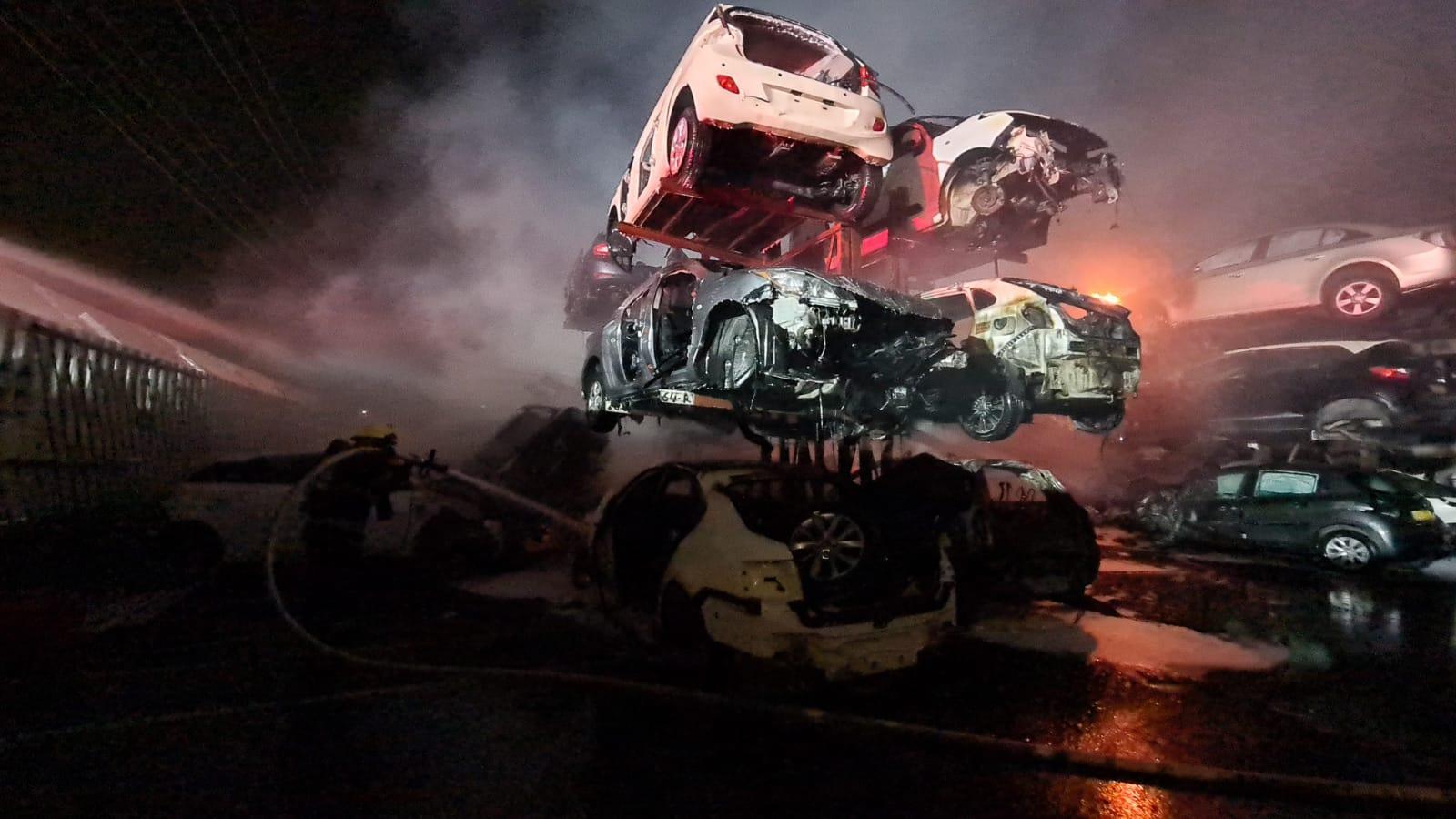 فيديو: حريق ضخم داخل مصف للسيارات في المنطقة الصناعية بمدينة اللد