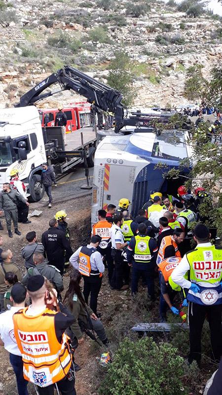 مصرع شخصين و43 إصابة بينها خطيرة بانقلاب حافلة ركاب قرب القدس