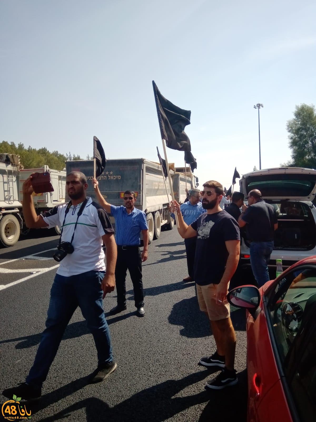 مسيرة السيارات تواصل طريقها الى القدس وتعرقل حركة السير في شارع 6 احتجاجاً على العنف