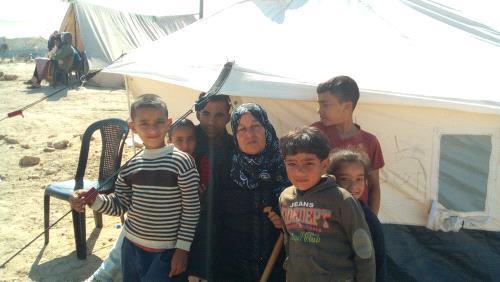 عاشقة يافا الحاجة أم سمير الحديدي تُرابط على حدود غزة بانتظار العودة ليافا
