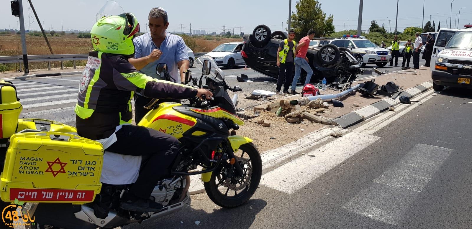 إصابة شخصين بانقلاب مركبة قرب مدينة اللد