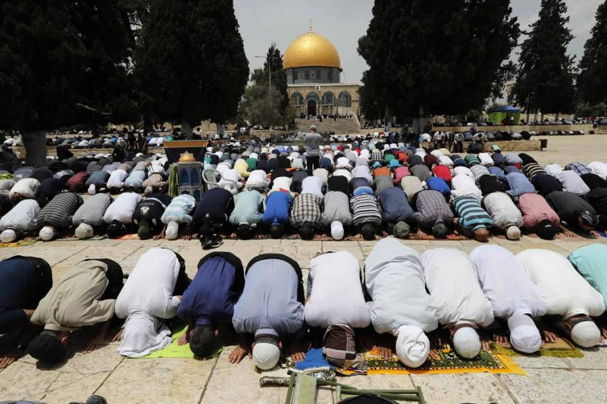 صور: برغم الأجواء الحارة.. 100 ألف مصلٍ أدّوا صلاة الجمعة بالأقصى