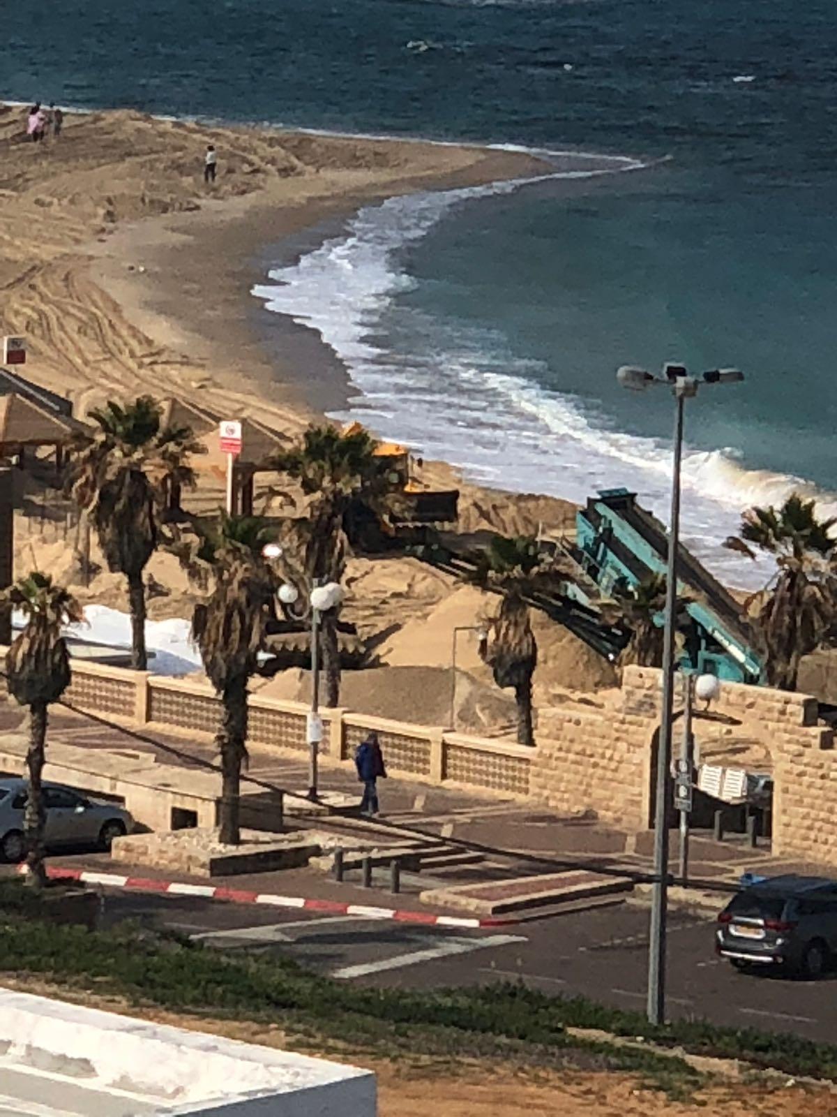 فيديو: عمليات تنظيف على شاطئ يافا تمهيداً لافتتاح موسم السباحة