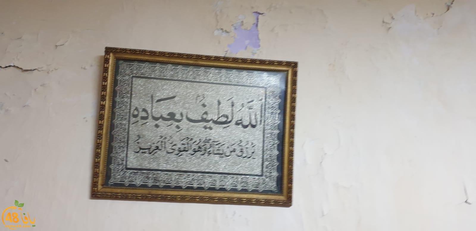صورة وتعليق: الله لطيف بعباده على جدار أحد بيوت حي العجمي بيافا