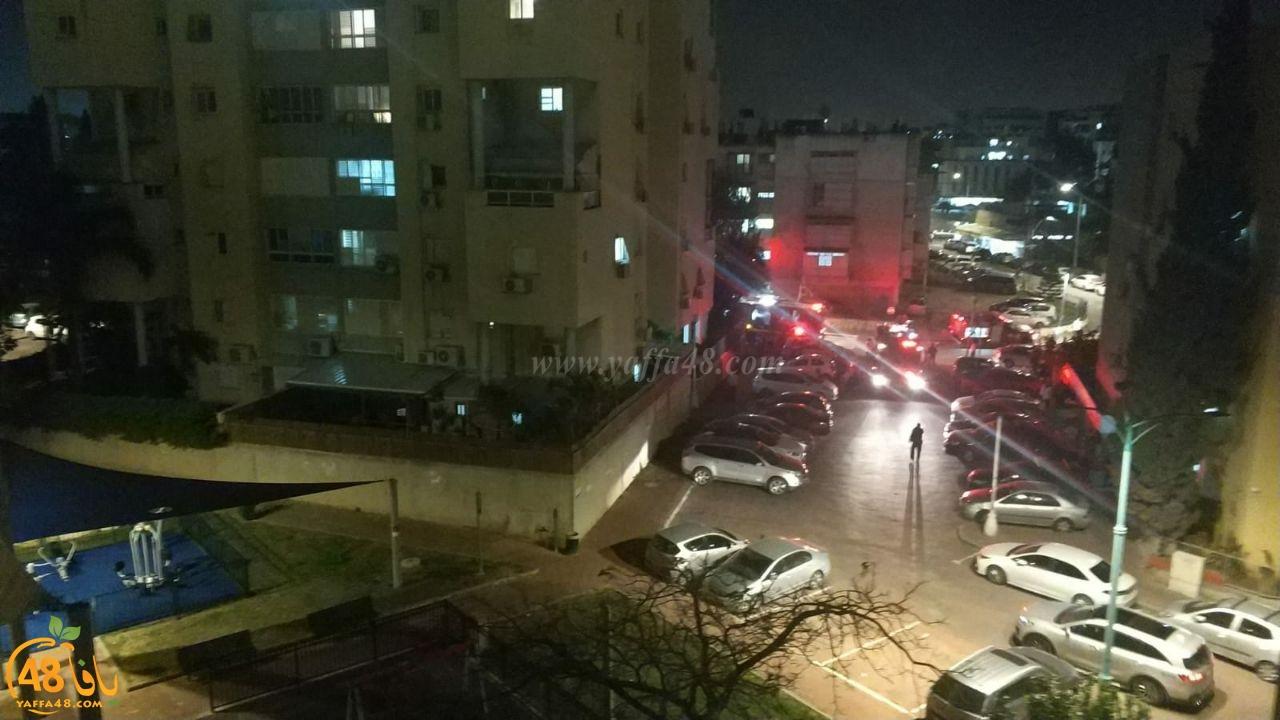 فيديو: اصابة شخصين بحريق شقة سكنية بمدينة اللد