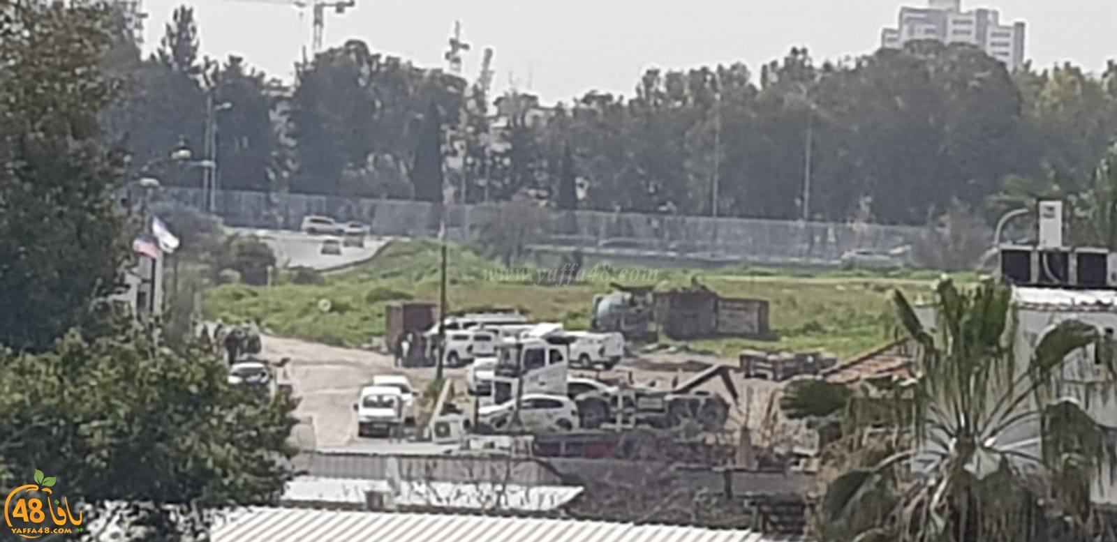 قوات كبيرة من الشرطة وموظفي الدوائر الحكومية تداهم قرية دهمش