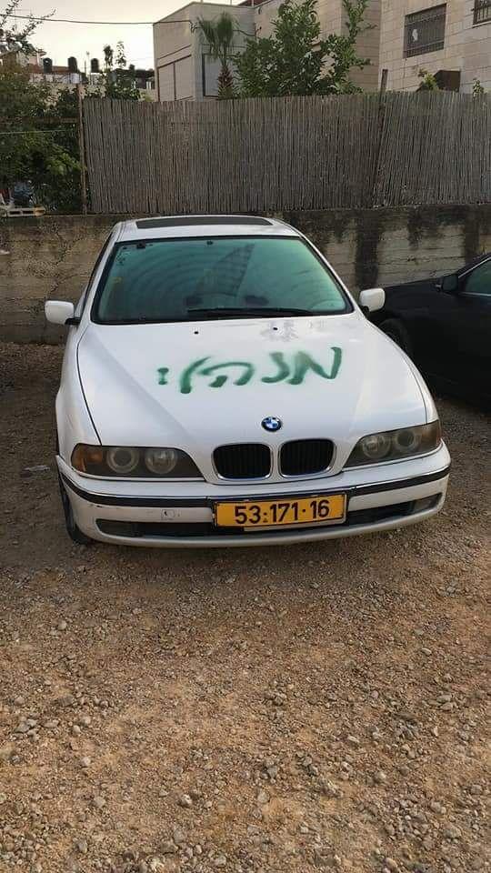 صور: الاعتداء على مركبات وخط شعارات عنصرية في شعفاط