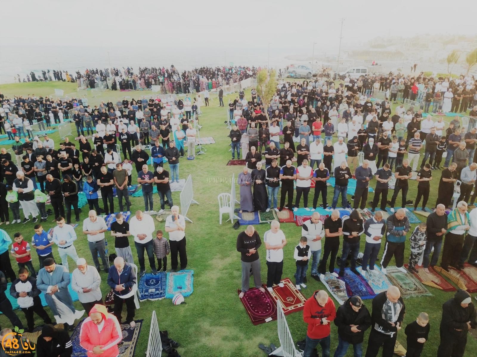 فيديو:  أهالي يافا يؤدون صلاة عيد الفطر السعيد في العراء