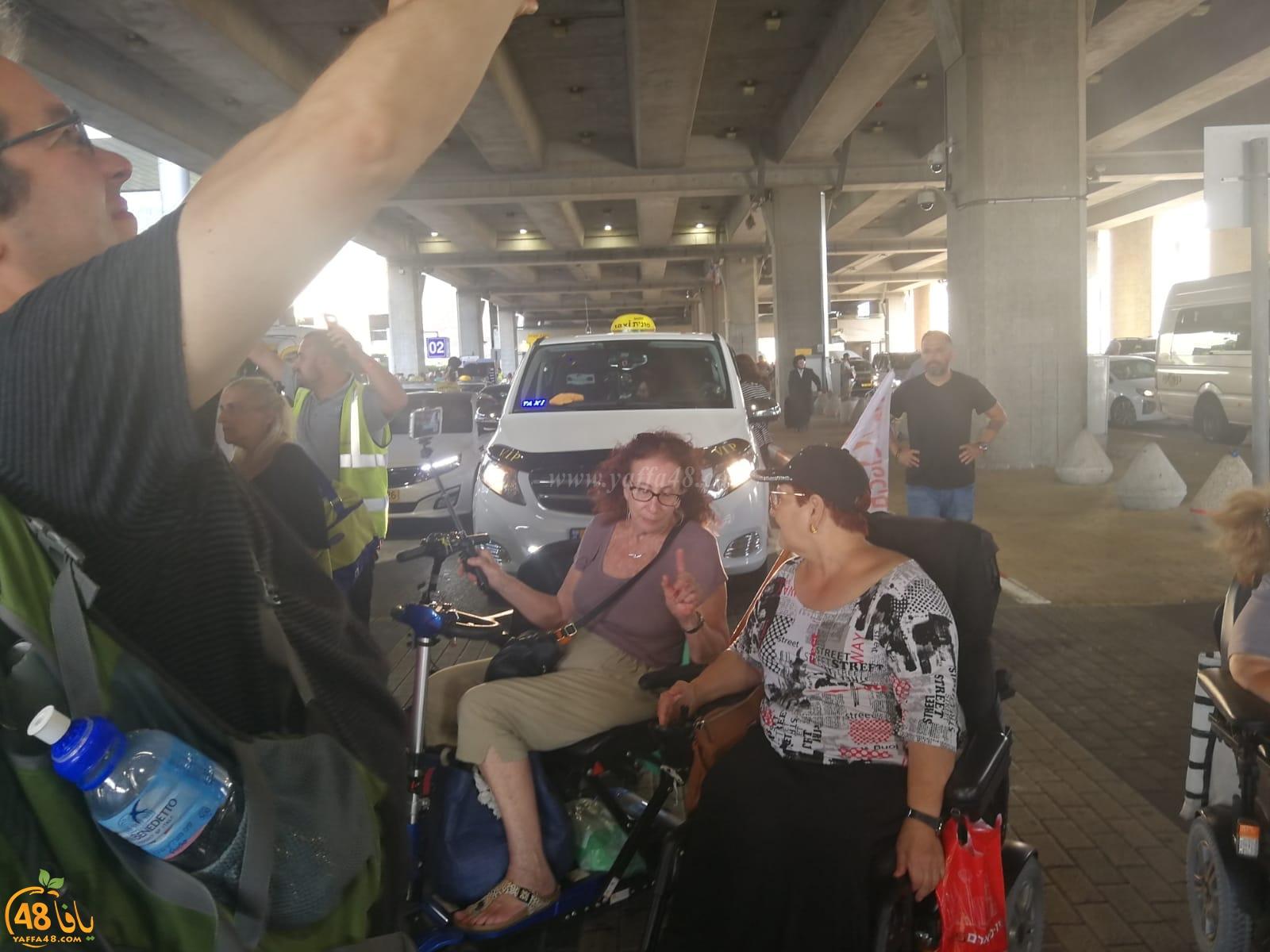 بالصور: ذوو الاحتياجات الخاصة يتظاهرون ويغلقون شوارع مطار اللد