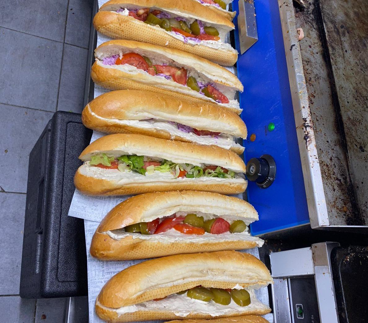 5 باجيت شنيتسل بـ100 شيكل فقط لدى مطعم حمص يافا