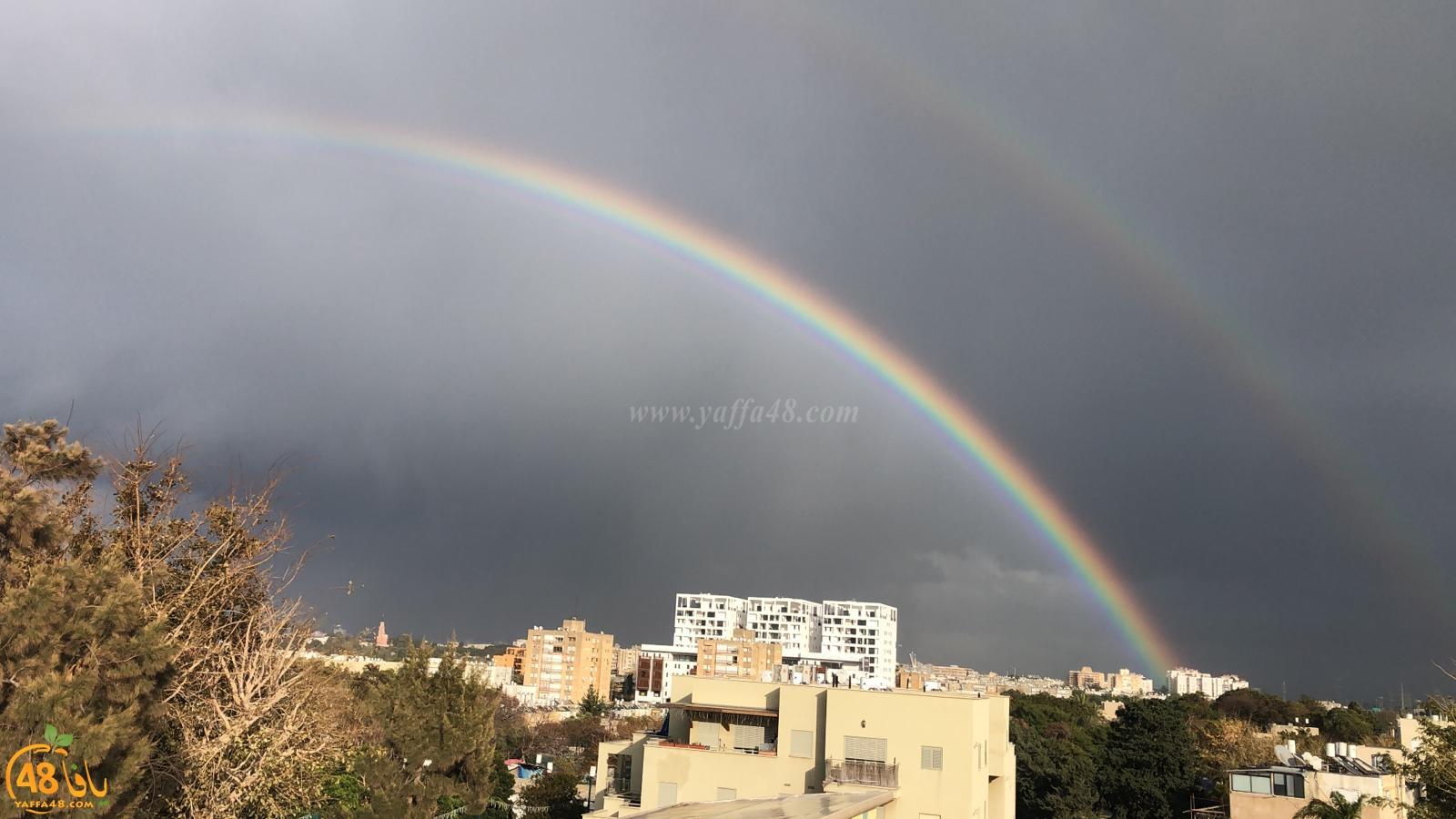 فيديو: أجواء ماطرة في يافا وقوس قزح يُزيّن سماء المدينة