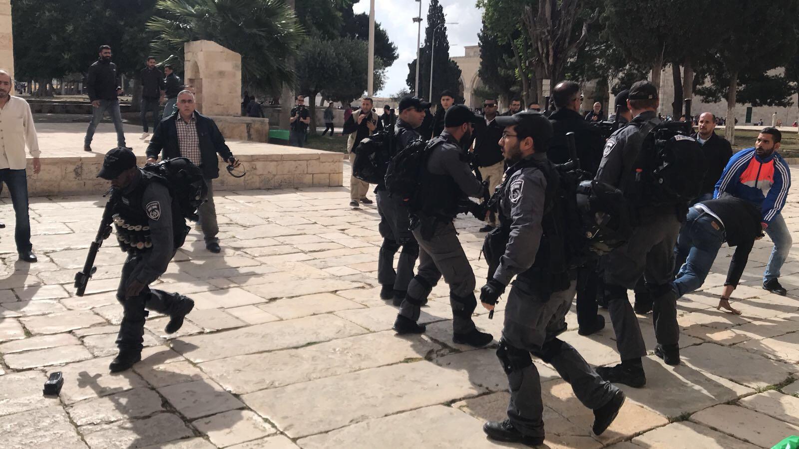 فيديو: اشتباكات عنيفة بالايدي بين الشرطة وحراس الاقصى المبارك