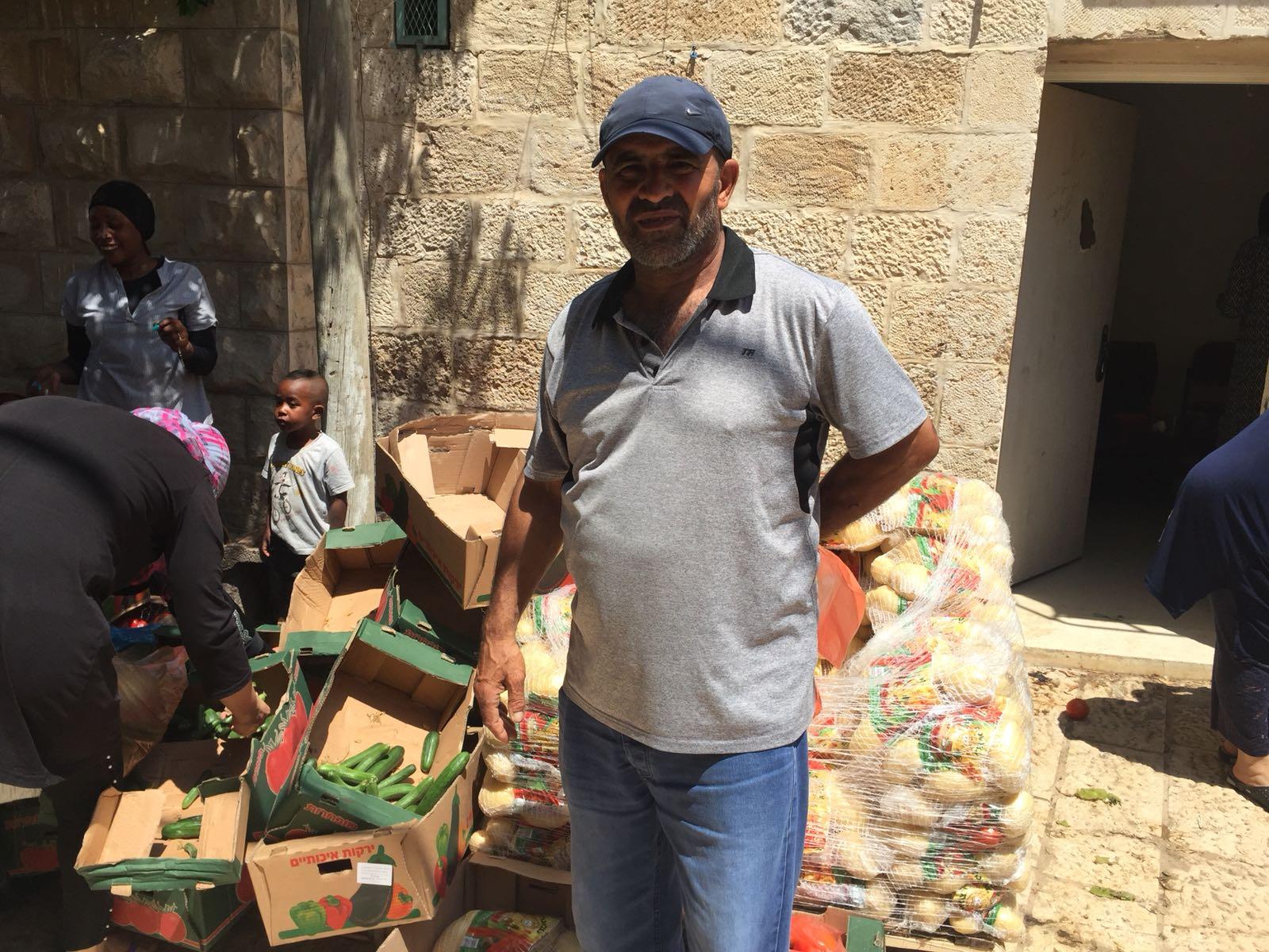 اللد: لجنة الزكاة المحلية توزع طروداً غذائية على العائلات المستورة بمناسبة رمضان