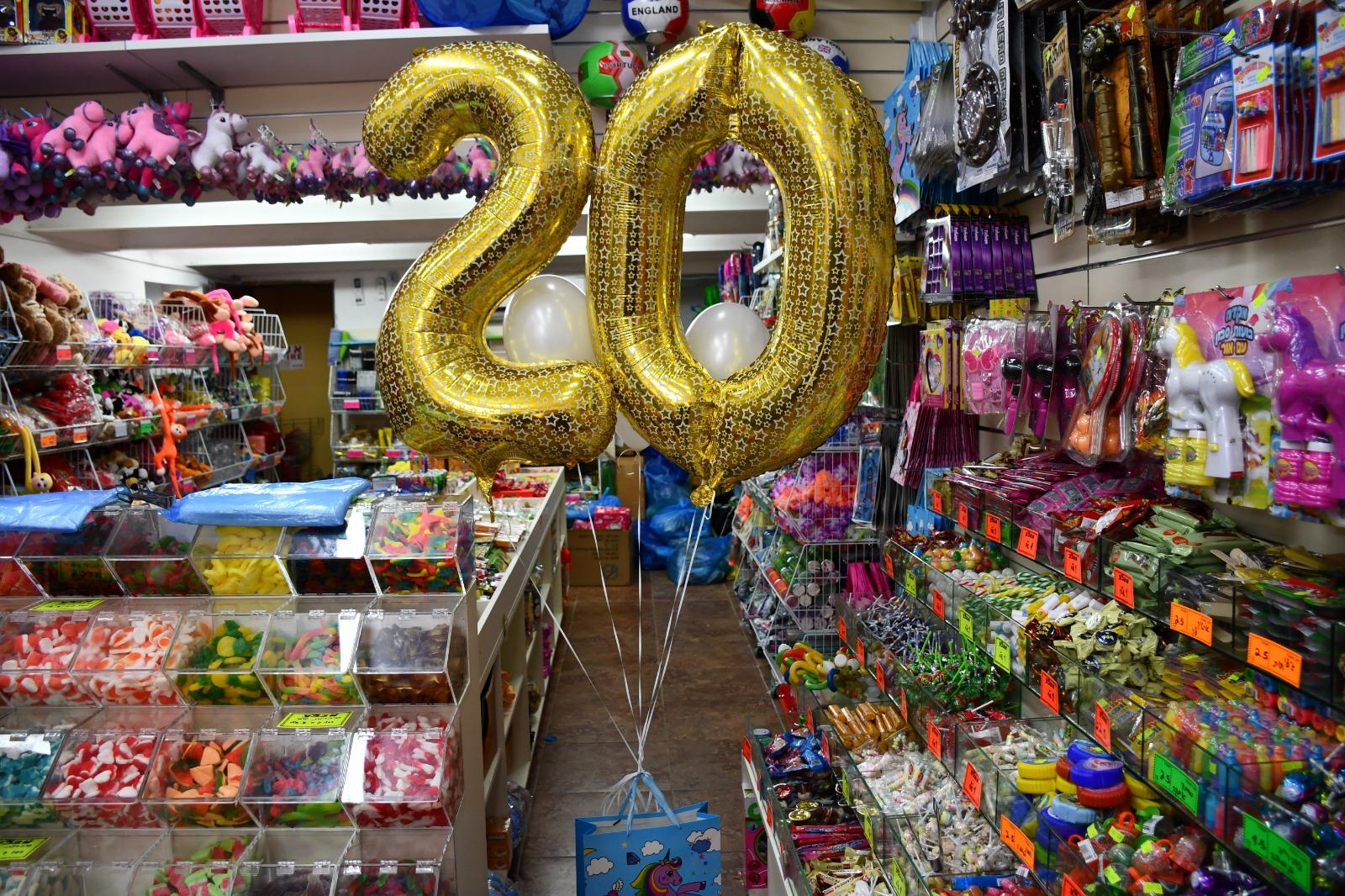 حلويات وهدايا للمناسبات وأعياد الميلاد بأسعار مميزة لدى محل واحد وعشرين شيكل بيافا
