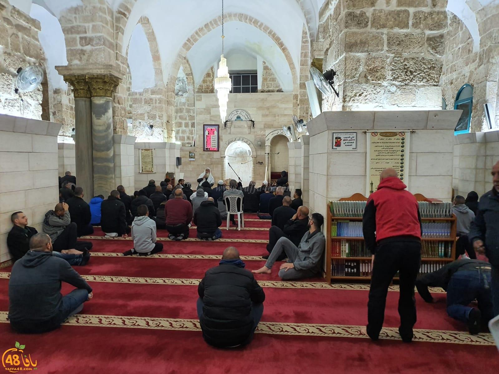 صور: المئات يحيون فريضة الفجر العظيم في المسجد العمري باللّد