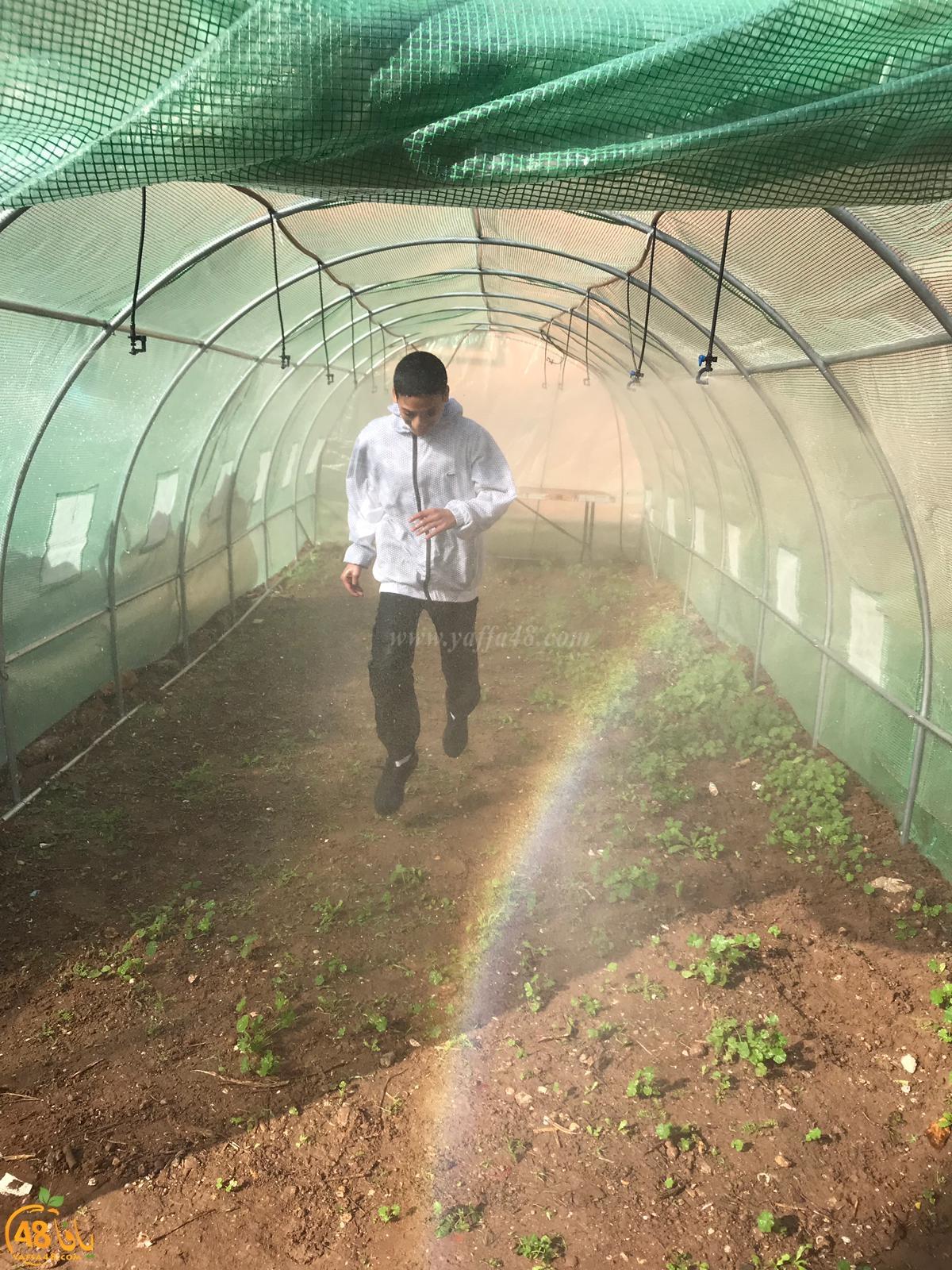 طلاب المدرسة التكنولوجية عمال 1 يتعلمون الزراعة