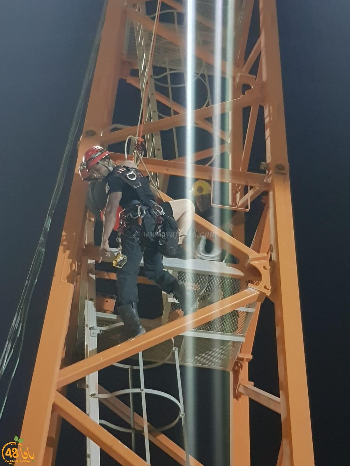 محاولات لتخليص عامل علق برافعة على ارتفاع 60 مترًا قرب الرملة