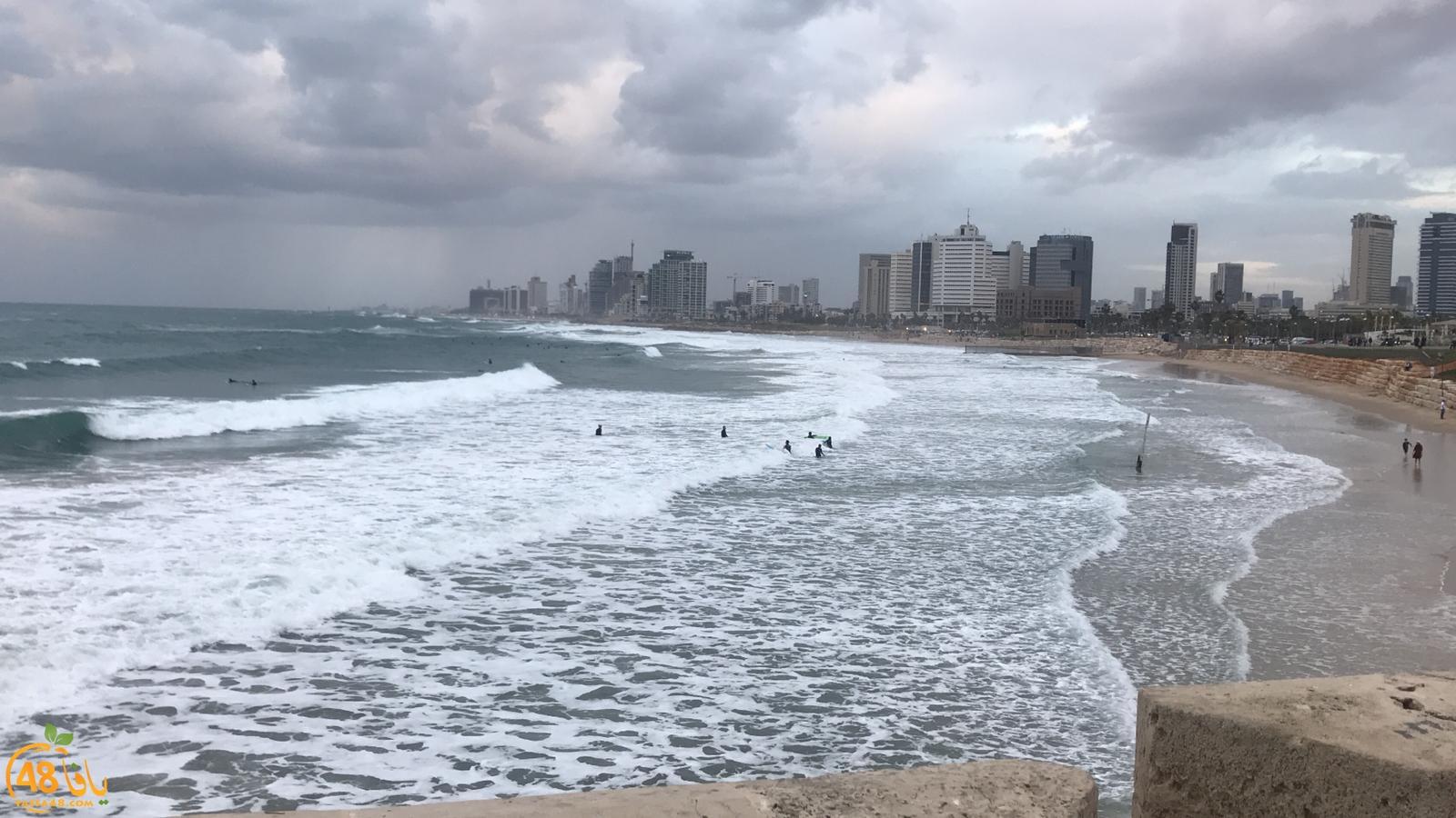 شاهد: الأمواج العالية تجذب محبي ركوب الأمواج على شاطئ بحر يافا