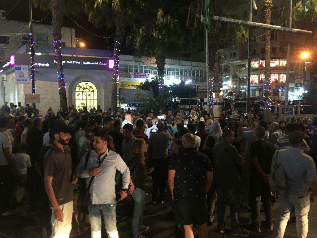 متظاهرون برام الله يطالبون برفع العقوبات عن غزة