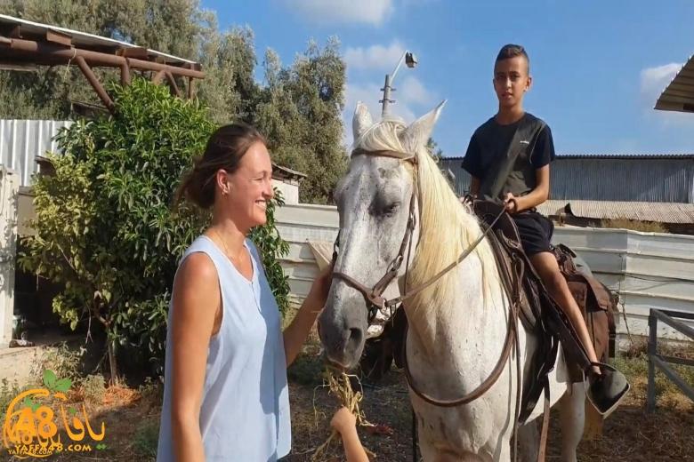 سيّدة من بن شيمن تكرّم مراسل يافا 48 على جهوده في إعادة حصانها المفقود