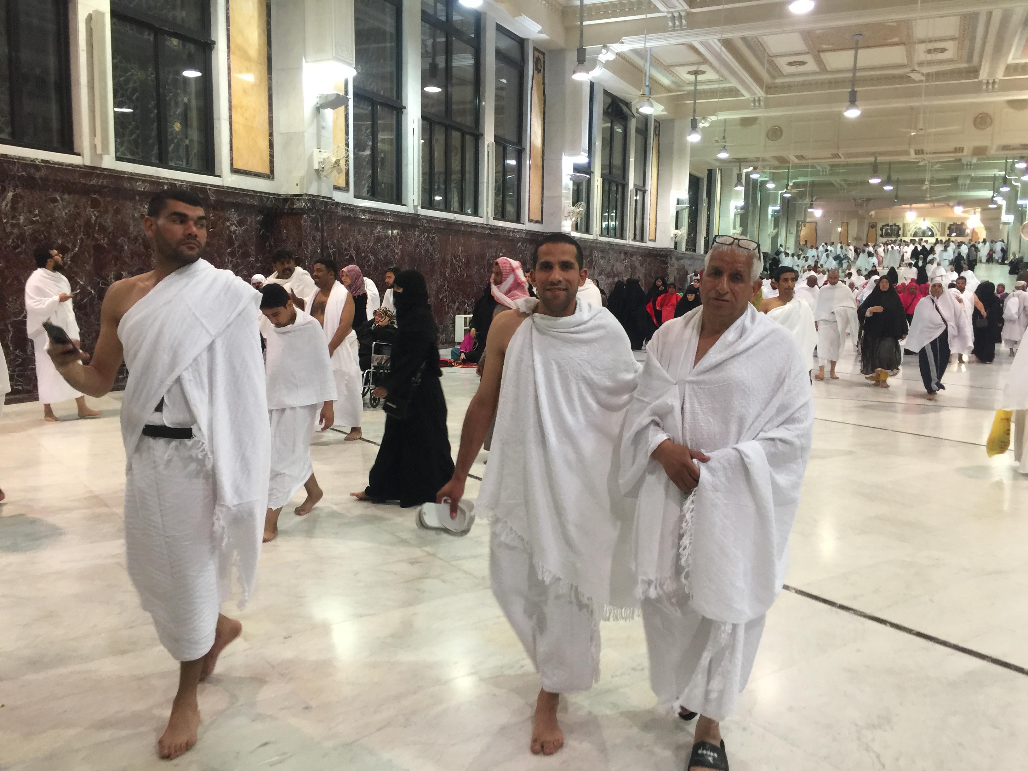 معتمرو اللد يصلون مكة المكرمة ويؤدون مناسك العمرة