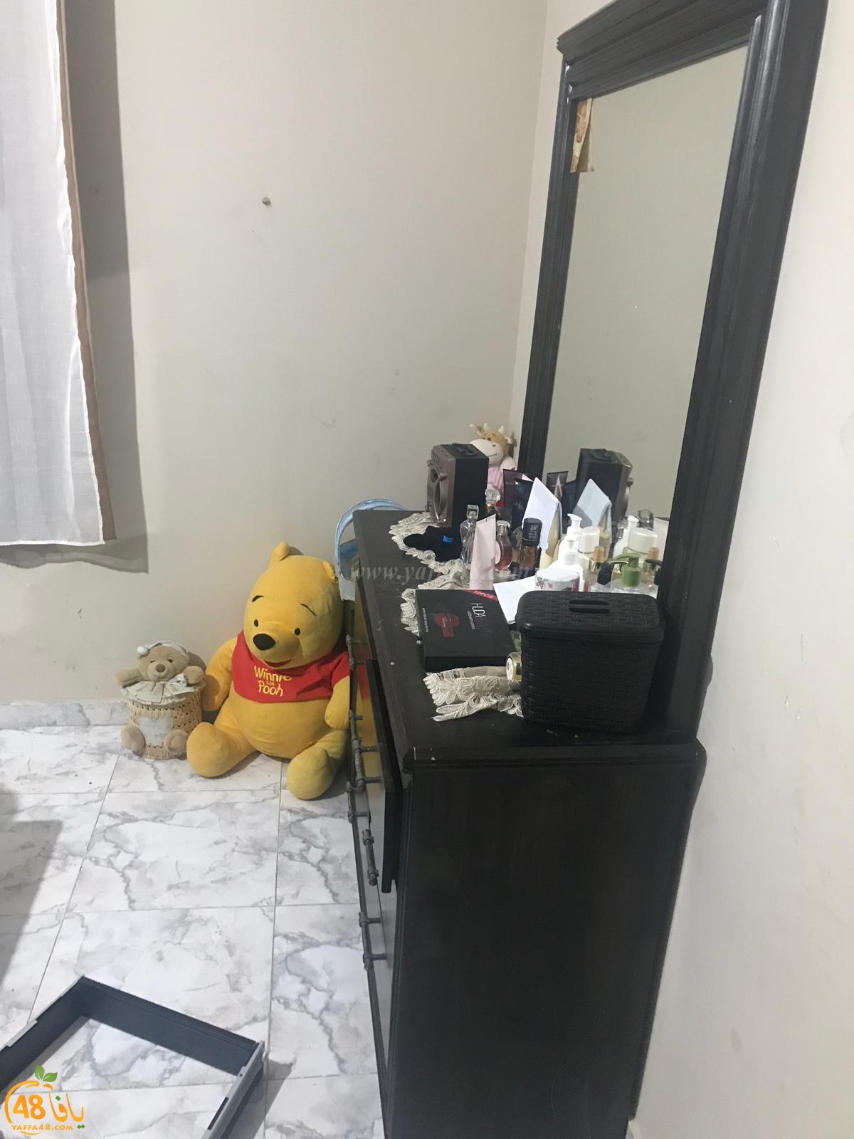 بالصور: الشرطة تداهم بيت عائلة عربية في اللد وتعبث بمحتوياته