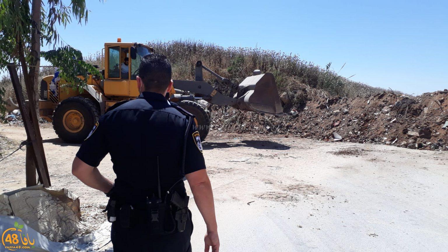 اللد : اغلاق الطريق الرابط بين قرية دهمش وحي شنير