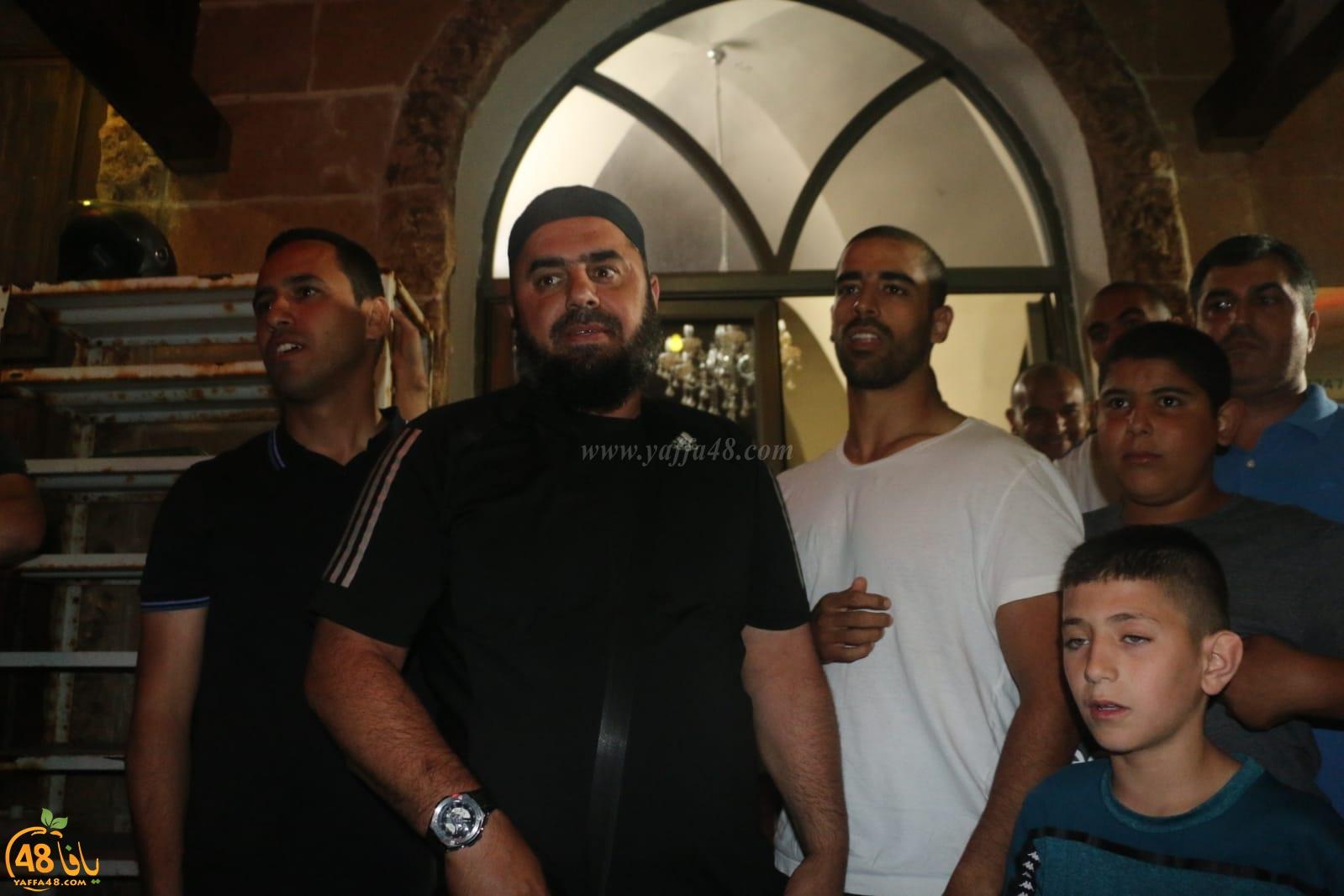 فيديو: الشرطة تُطلق سراح رئيس الهيئة الاسلامية المنتخبة وزملائه شريطة إلغاء المسيرة