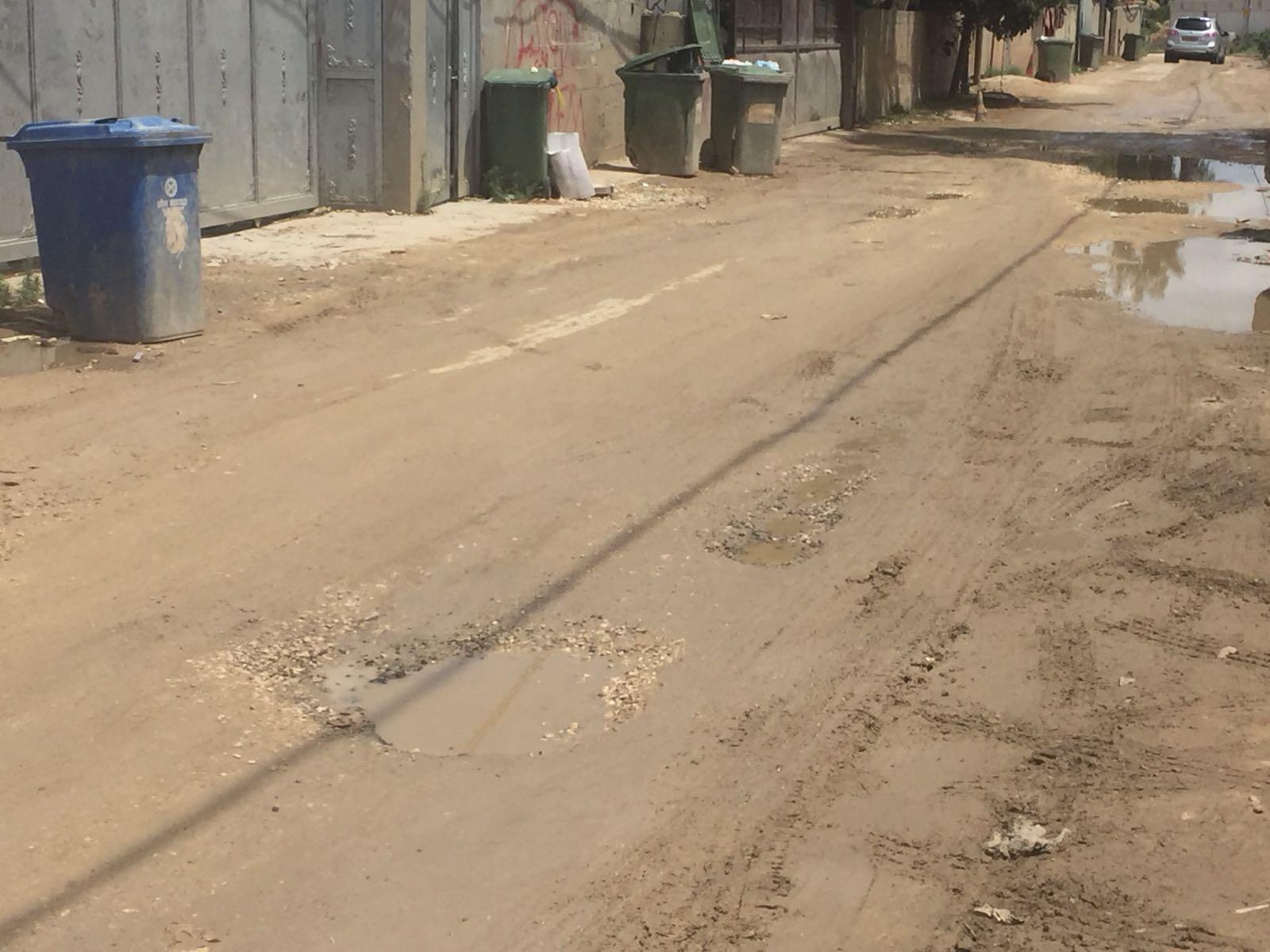 اللد : وقف العمل في تعبيد شارع شنير والسبب ؟