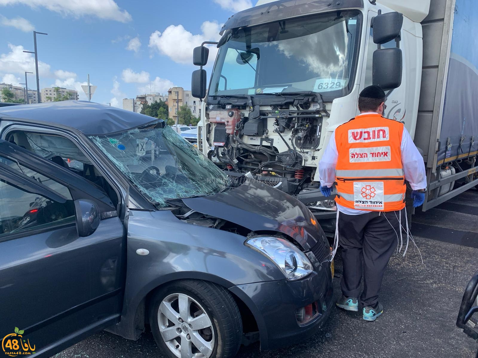اصابة متوسطة بحادث طرق بين مركبة وشاحنة في مفرق اللد