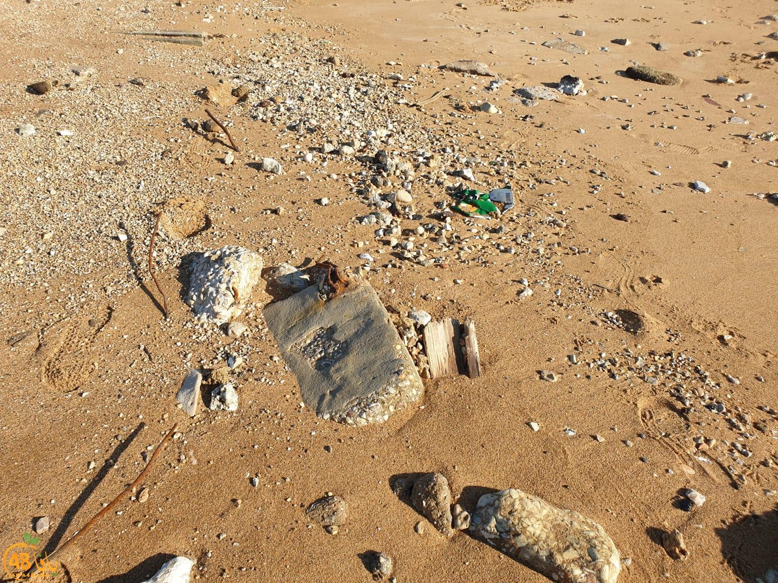 شاهد: بقايا بيوتنا على شاطئ العجمي بيافا وقد تناثرت واندثرّت