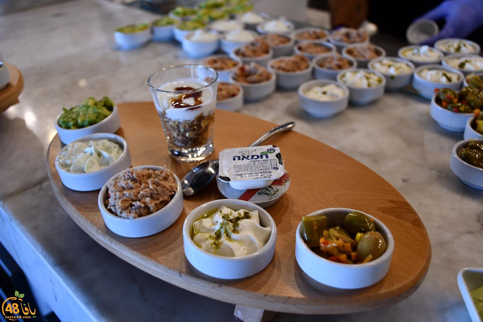 تشكيلة واسعة وغنية لوجبات الافطار الصباحية في مطعم صقلية بميناء يافا