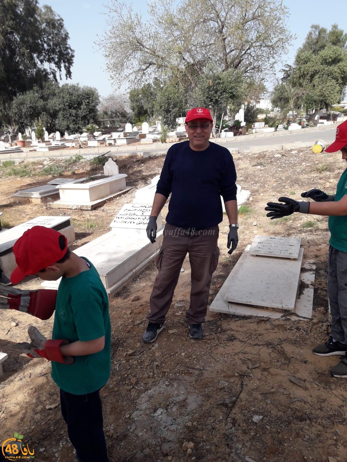 بالصور: طلاب مدرسة الأخوة يشاركون في تنظيف مقبرة طاسو