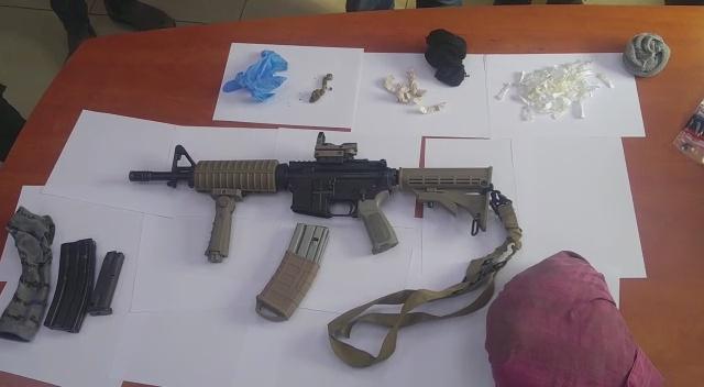 اللد: اعتقال مشتبهين بعد العثور على أسلحة وذخيرة وسموم