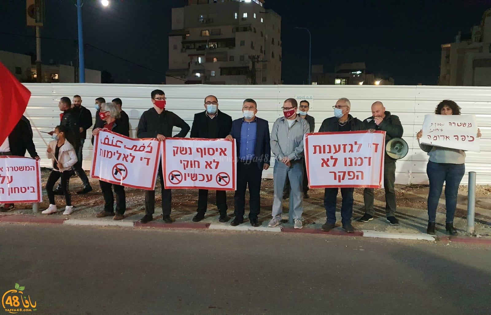 تظاهرة أمام محطة الشرطة في اللد اثر تزايد العنف والجريمة بالمدينة