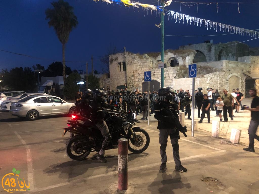 فيديو: الشرطة تعتدي على المصلين أمام المسجد الكبير باللد